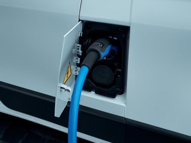 De nieuwe Peugeot e-Boxer: klep van de laadaansluiting bij het linker voorportier