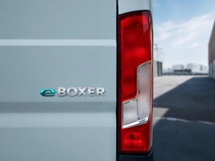 De nieuwe Peugeot e-Boxer: Aan de e kunt u zien dat hij deel uitmaakt van het gamma elektrische bedrijfsauto's van PEUGEOT.