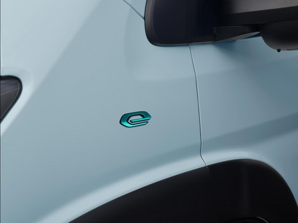 De nieuwe Peugeot e-Boxer: Embleem van het gamma elektrische bedrijfsauto's van PEUGEOT.