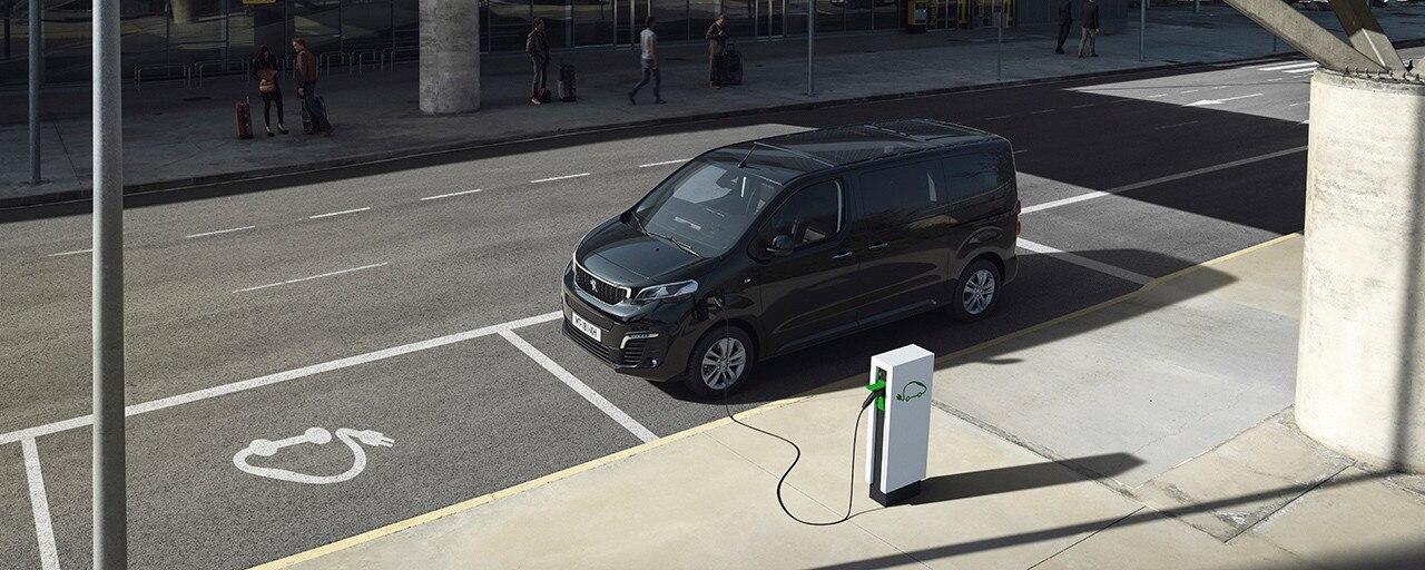 Nieuwe Peugeot e-TRAVELLER BUSINESS - Opladen via een openbaar laadpunt