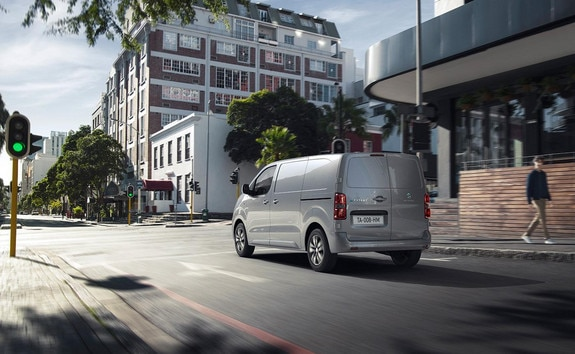 Nieuwe Peugeot e-EXPERT – achteraanzicht rijdende auto