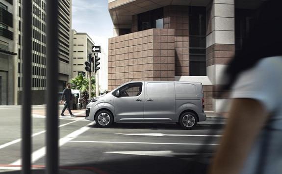 Nieuwe Peugeot e-EXPERT – zijaanzicht rijdende auto
