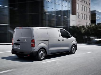 Nieuwe Peugeot e-EXPERT – aanzicht rijdende auto schuin van achteren
